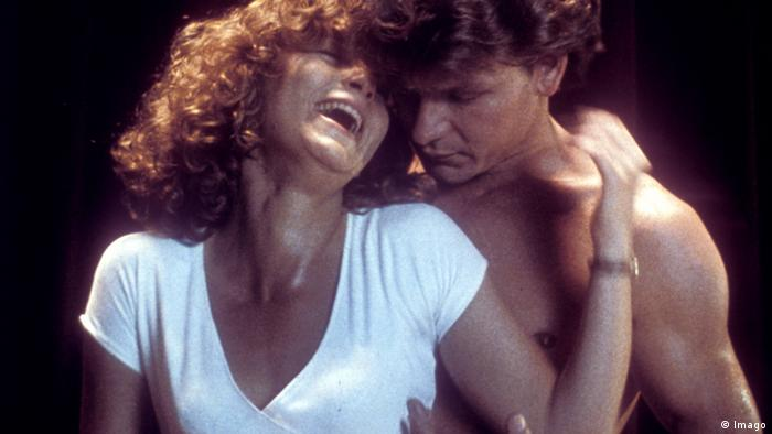 Patrick Swayze behind a laughing Jennifer Grey in Dirty Dancing (Imago)