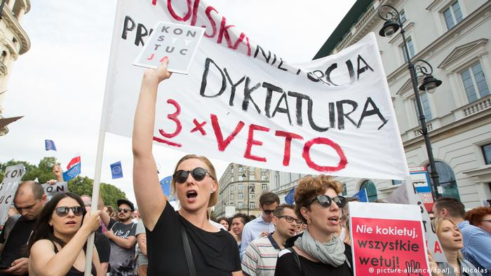 Poles protest the proposed justice reforms (picture-alliance/dpa/J. A. Nicolas)