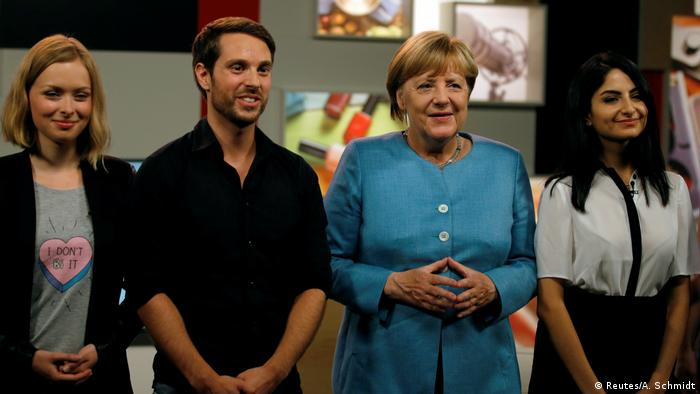 Merkel Interview with youtube video bloggers (Reutes/A. Schmidt)