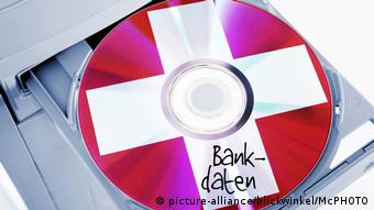A CD with the German flag containing bank data (picture-alliance/blickwinkel/McPHOTO)
