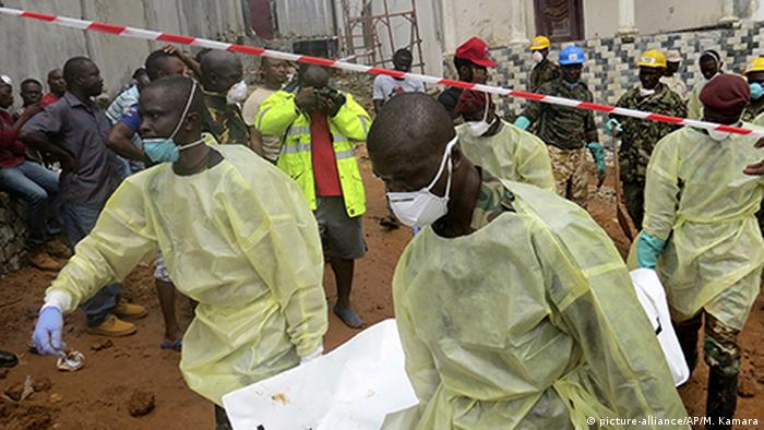 Landslide in Sierra Leone: security forces with protective masks (picture-alliance/AP/M. Kamara)