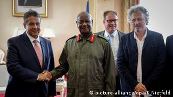 Niedecken with Sigmar Gabriel, Yoweri Kaguta Museveni and Jürgen Coße in Entebbe (picture-alliance/dpa/K.Nietfeld)
