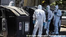 Forensic experts wearing masks gather around a dumpster in Rome (picture-alliance/AP Photo/A. Carconi)