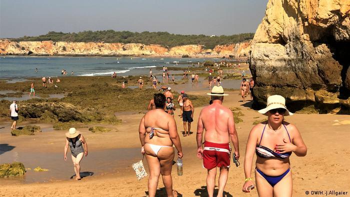 Britanci na plaži na jugu Portugala