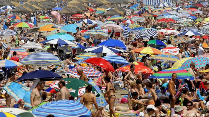Turistas e moradores lotam praia em Valencia, na Espanha