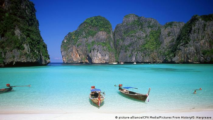 the beach of island Ko Phi Phi, Thailand (picture-alliance/CPA Media/Pictures From History/O. Hargreave)