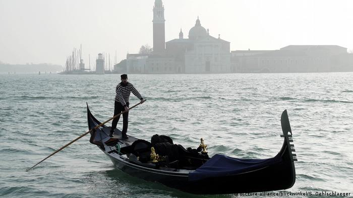 Italien Venedig Gondel vor San Giórgio Maggiore (picture-alliance/blickwinkel/S. Oehlschlaeger)