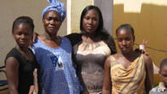 Afrikanische Familie vor Solarkocher (Quelle: DW)