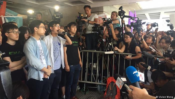 Die drei prominenten Studentenführer forderten die Unterstützung und Beharrlichkeit von HK-Menschen (VivienWong)