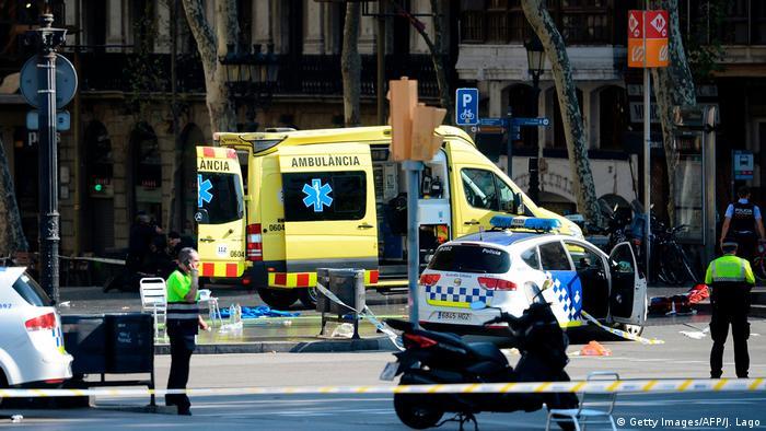 Полицейские и машина скорой помощи на месте теракта в Барселоне