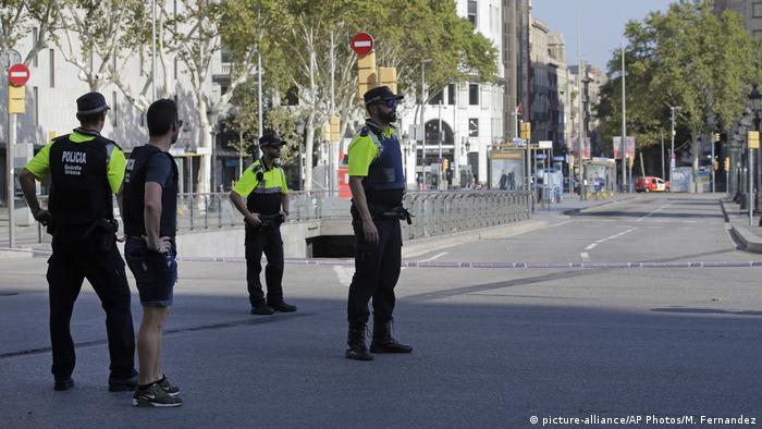 Spanien Barcelona Lieferwagen fährt in Menschenmenge | Straßensperrung (picture-alliance/AP Photos/M. Fernandez)