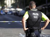 Полицейский у места теракта в Барселоне