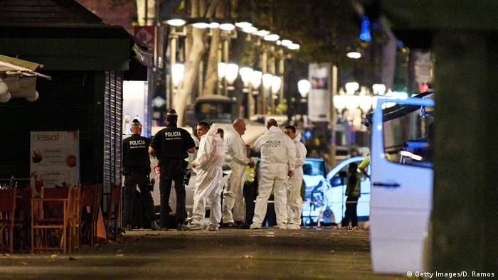 Spanien | Lieferwagen fährt in Barcelona in eine Menschenmenge | Polizei und Forensiker untersuchen den Tatort (Getty Images/D. Ramos)