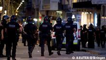 Spanien   Lieferwagen fährt in Barcelona in eine Menschenmenge   Polizei und Forensiker untersuchen den Tatort
