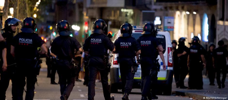 Polícia catalã patrulha região onde terroristas avançaram contra pedestres em uma van