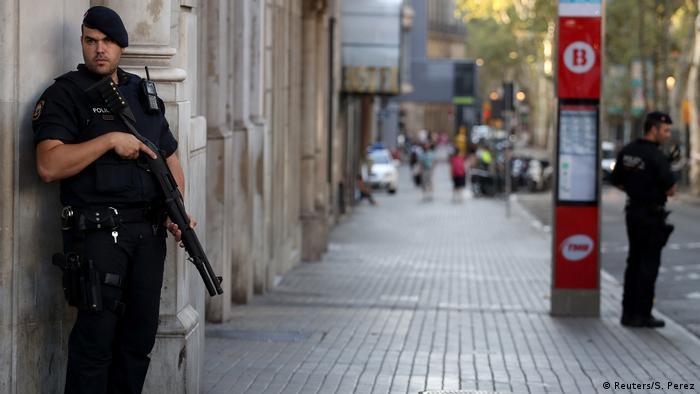 Spanien Polizeipräsenz am Tag nach dem Terroranschlag in Barcelona (Reuters/S. Perez)