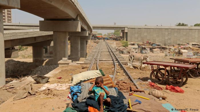 4. Pakistan Probleme bei der Wiederbelebung der Karachi Bahn (Reuters/C. Firouz)