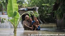Bangladeshi flood victims are looking for relief materials in Kurigram, northern Bangladesh on August 16, 2017. More than 50 people have died in flood and natural disasters and nearly 5 million people affected in the north and northeast parts of Bangladesh. (Photo by Rehman Asad/NurPhoto)   Keine Weitergabe an Wiederverkäufer.