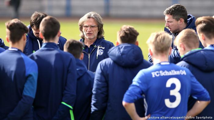Deutschland Fußball Norbert Elgert Trainer der Schalker A-Jugend