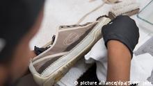 Sneaker-Cleaner Dominic Trieschmann reinigt am 19.07.2017 in Kassel (Hessen) mit einem weißen Tuch Sneaker-Schuhe. (zu dpa «Von Turn- zum Trendschuh: Das Geschäft mit dem Sneaker-Kult» vom 07.08.2017) Foto: Swen Pförtner/dpa | Verwendung weltweit