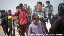 EDS NOTE : SPANISH LAW REQUIRES THAT THE FACES OF MINORS ARE MASKED IN PUBLICATIONS WITHIN SPAIN - Young migrants from Morocco queue to change their clothes at the port of Tarifa, southern Spain, after being rescued in the Strait of Gibraltar, Wednesday, Aug. 16, 2017. Spain's maritime rescue service has saved more than 600 migrants trying to cross the Mediterranean Sea from Morocco in the past 24 hours, making it one of its busiest days so far this year. (AP Photo/ Marcos Moreno) |
