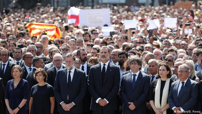 King Felipe of Spain and Prime Minister Mariano Rajoy at minute of silence (Reuters/S. Perez)