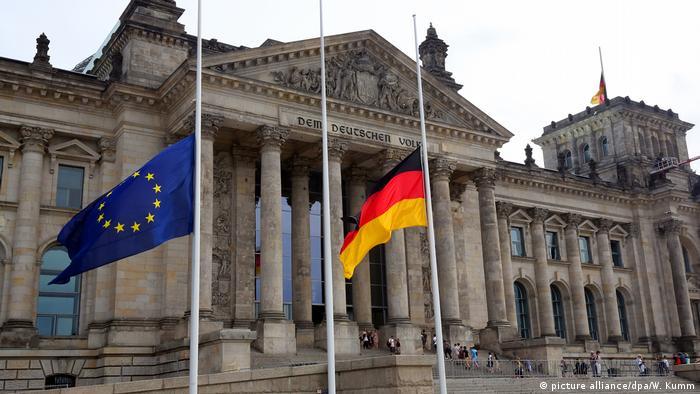 Nach Terroranschlag in Barcelona - Trauerbeflaggung Berlin (picture alliance/dpa/W. Kumm)