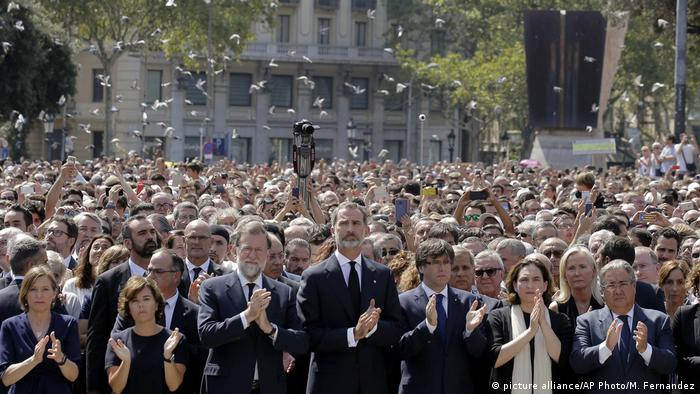 Crowds hold a minute of silence in Las Ramblas
