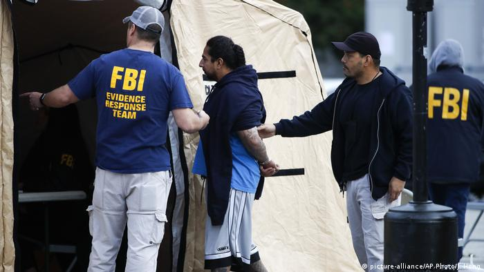 FBI agents arresting a man (picture-alliance/AP Photo/J. Hong)