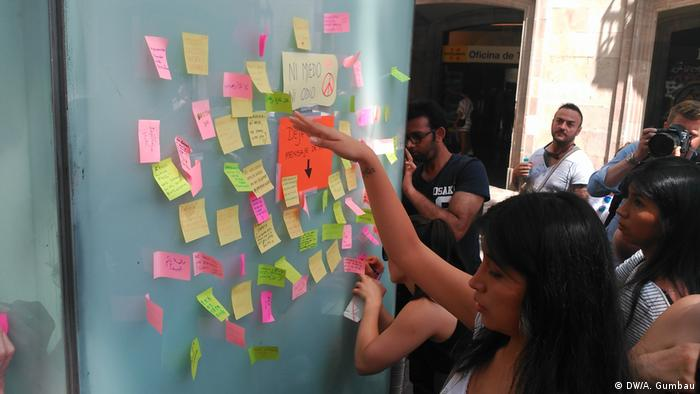 Citizens have written messages of solidarity at the Boqueria market (DW/A. Gumbau)
