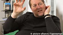 Musikmanager Dieter Gorny# Dieter Gorny, 54, einer der wichtigsten Musikmanager Deutschlands, fotografiert in am 11.2.2008 in seinem Büro in der Oranienburger Straße in Berlin. Seit 2006 ist er stellvertretender Vorstandsvorsitzender der deutschen Landesgruppe der IFPI, der deutschen Organisation des internationalen Verbandes der Tonträgerhersteller. Seit Anfang 2007 Aufsichtsratsvorsitzenden der Filmstiftung NRW. Etwa zur gleichen Zeit wurde Gorny ebenfalls in den Aufsichtsrat des auf digitale Medien und IPTV spezialisierten Unternehmens I-D Media berufen. Zudem ist er seit 2005 nebenamtlicher Professor für Kultur- und Medienwissenschaft am Fachbereich Design der Fachhochschule Düsseldorf. Dieter Gorny ist künstlerischer Direktor der Ruhr 2010 GmbH, die Essen federführend für das gesamte Ruhrgebiet, als Kulturhauptstadt Europas 2010 ausrichtet. Seit November 2007 leitet er den neugegründeten Bundesverband Musikindustrie. © Mike Wolff