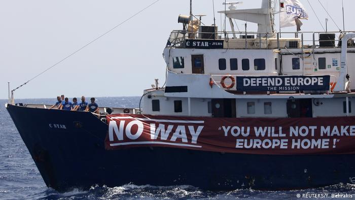 Libyen | C-Star Schiff der rechtsgerichteten Identitären Bewegung mit Defend-Europe-Banner vor der libyschen Küste (REUTERS/Y. Behrakis)