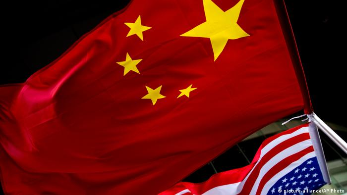 A US flag and China flag at a hotel in Peking (picture-alliance/AP Photo)