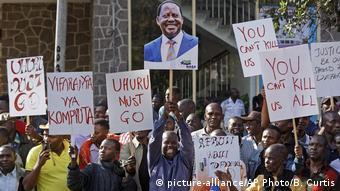 Kenia | Proteste gegen den Wahlausgang vor dem Obersten Gerichtshof in Nairobi (picture-alliance/AP Photo/B. Curtis)