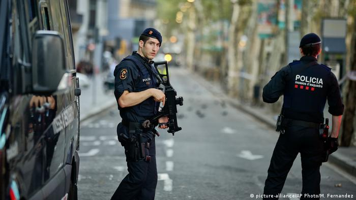 Las Ramblas in Barcelona Polizei (picture-alliance/AP Photo/M. Fernandez)