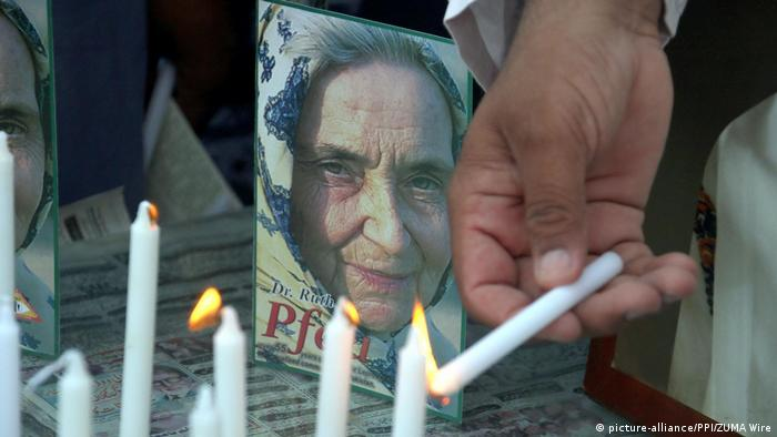 Candles burning in front of Ruth Pfau's picture (picture-alliance/PPI/ZUMA Wire)