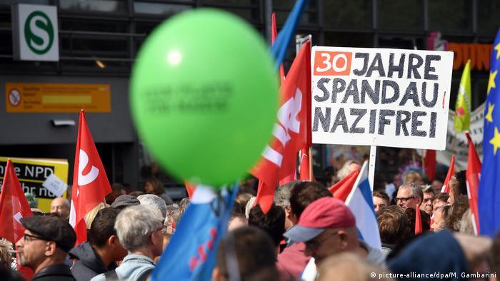 Demo gegen Neonazi-Aufmarsch (picture-alliance/dpa/M. Gambarini)