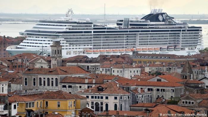 Kreuzfahrtschiff vor Venedig (picture-alliance/dpa/A. Merola)