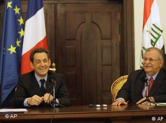نیکلا سارکوزی، رئیس جمهور فرانسه (چپ) در کنار جلال طالبانی، رئیس جمهور عراق - سارکوزی شرکتهای فرانسوی را به سرمایهگذاری در عراق فراخواند
