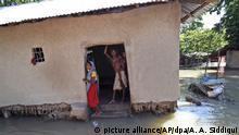 19.08.2017 +++ Dorfbewohner stehen am 19.08.2017 in Bihar (Indien) in ihrem überfluteten und zerstörten Haus. Indien wird ebenso wie Bangladesch und Nepal von Hochwasser heimgesucht. Foto: Aftab Alam Siddiqui/AP/dpa +++(c) dpa - Bildfunk+++  