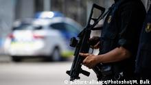 An armed police officer near Las Ramblas, Barcelona (picture-alliance/Photoshot/M. Balk)