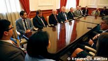 Vize-Parlamentspräsident Freddy Guevara (links am Tisch) mit den eingeladenen Beobachtern der Parlamentssitzung
