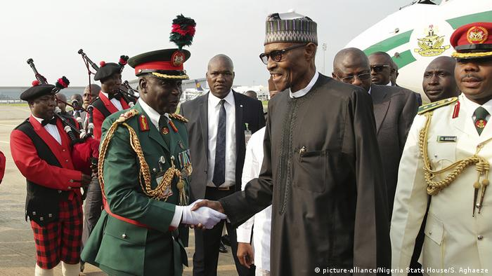 Nigerian President Buhari (r) being greeted upon returning to Nigeria (photo: picture-alliance/Nigeria State House/S. Aghaeze)