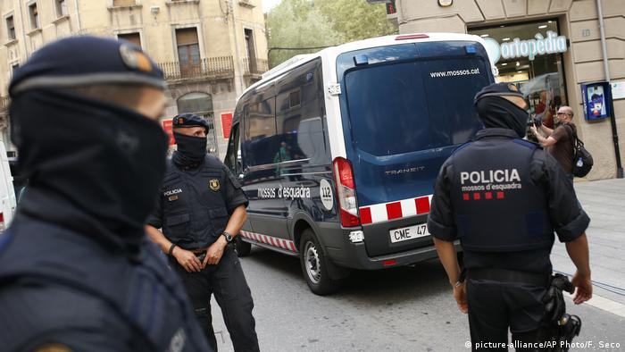 Spanien Ripoll Verhaftung Verdächtige Polizei (picture-alliance/AP Photo/F. Seco)
