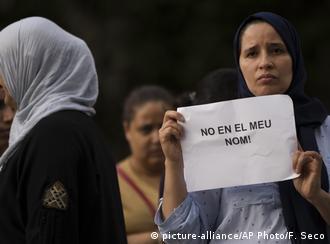 المسلمون في برشلونة قاموا بإدانة الهجمات الأخيرة وهذه الامرأة تحمل لافتة مكتوب عليها بالإسبانية