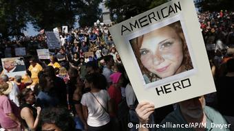 Poster for Heather Heyer at a protest (picture-alliance/AP/M. Dwyer)