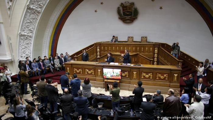 Venezuela Parlament in Caracas entmachtet (picture-alliance/dpa/A. Cubillos/AP)