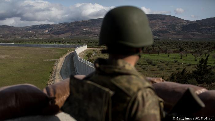 Türkei Soldat bewacht die Grenze zu Syrien