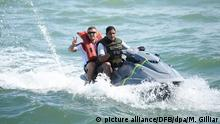 Lukas Podolski auf einem Jet-Ski vor der Küste von Santo Andre