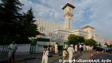 MADRID, SPAIN - JULY 17: Muslims arrive to perform Eid al-Fitr Prayer at Islamic Culture Center Mosque (Centro Cultural Islamico) in Madrid, Spain on July 17, 2015. Muslims around the world celebrate Eid al-Fitr as the fasting during Ramadan Month finishes. Evrim Aydin / Anadolu Agency   Keine Weitergabe an Wiederverkäufer.